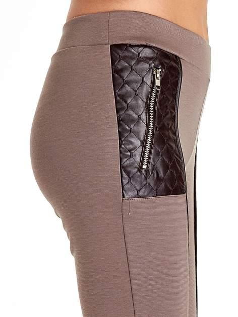Brązowe spodnie w stylu motocyklowym ze skórzanymi wstawkami i suwakami                              zdj.                              5