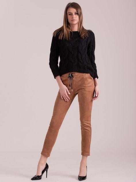 Brązowe spodnie z imitacji zamszu                              zdj.                              4