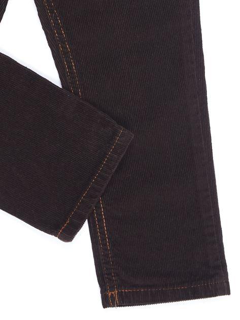 Brązowe sztruksowe spodnie dla chłopca                              zdj.                              4