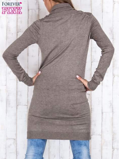 Brązowy długi sweter z golfem i dekoltem w prążki                                  zdj.                                  4