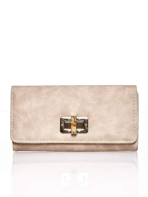 Brązowy fakturowany portfel ze stylizowanym zapięciem