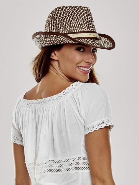 Brązowy kapelusz słomiany z dużym rondem i ciemną wstążką                                  zdj.                                  3