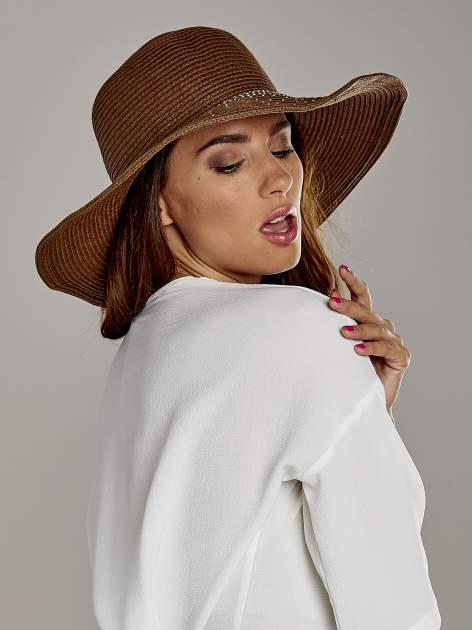 Brązowy kapelusz słomiany z dużym rondem i kryształkami                                  zdj.                                  3