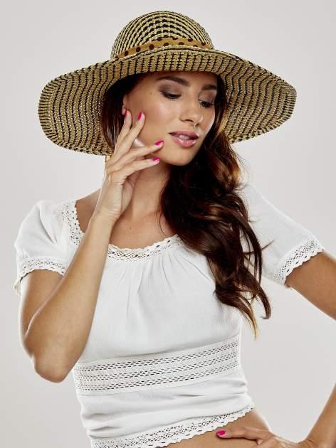 Brązowy kapelusz słomiany z szerokim rondem i apaszką                                  zdj.                                  1