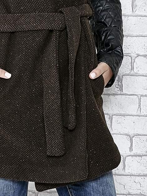 Brązowy płaszcz ze skórzanymi pikowanymi rękawami                                  zdj.                                  4