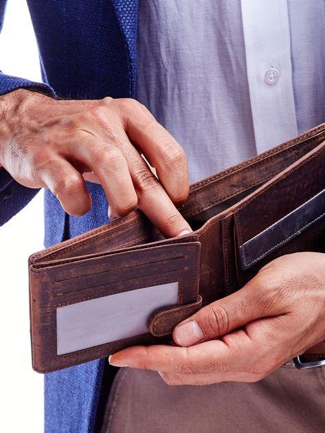 Brązowy portfel dla mężczyzny z geometrycznymi przeszyciami                              zdj.                              3
