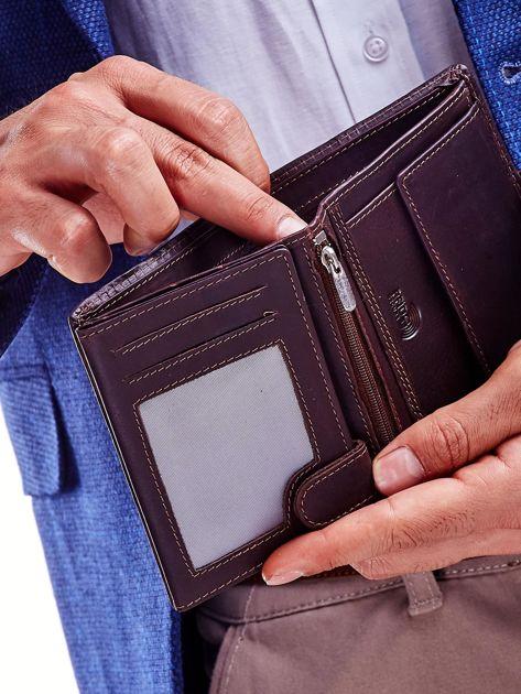 Brązowy portfel dla mężczyzny z ozdobnymi przeszyciami                              zdj.                              3