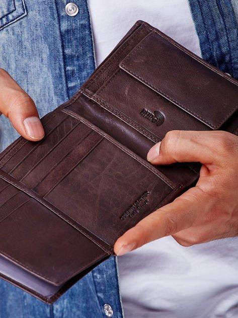 Brązowy portfel męski z przeszyciem                              zdj.                              2