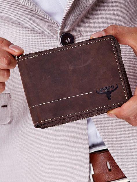 Brązowy portfel męski z tłoczeniem i przeszyciem                              zdj.                              1