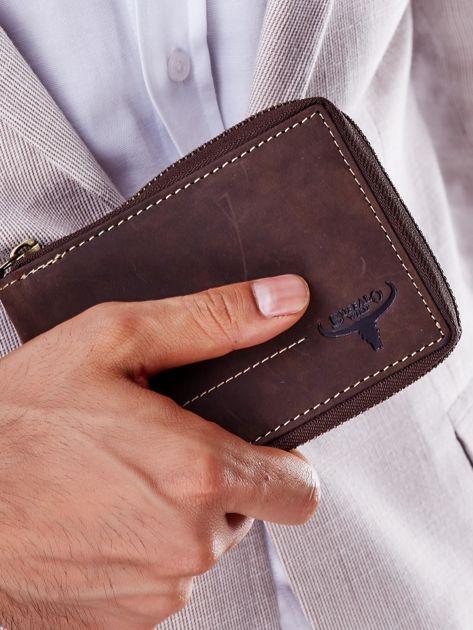 Brązowy portfel męski z tłoczeniem i przeszyciem                              zdj.                              2