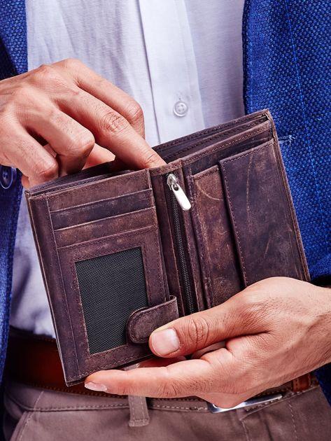 Brązowy portfel męski z tłoczonym napisem                              zdj.                              3