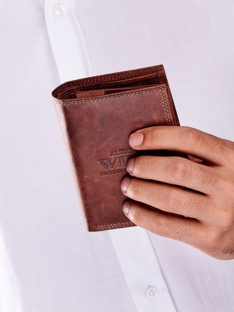 Brązowy skórzany portfel dla mężczyzny z tłoczonym napisem                              zdj.                              7
