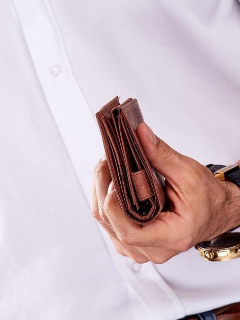 Brązowy skórzany portfel dla mężczyzny z tłoczonym napisem                              zdj.                              8