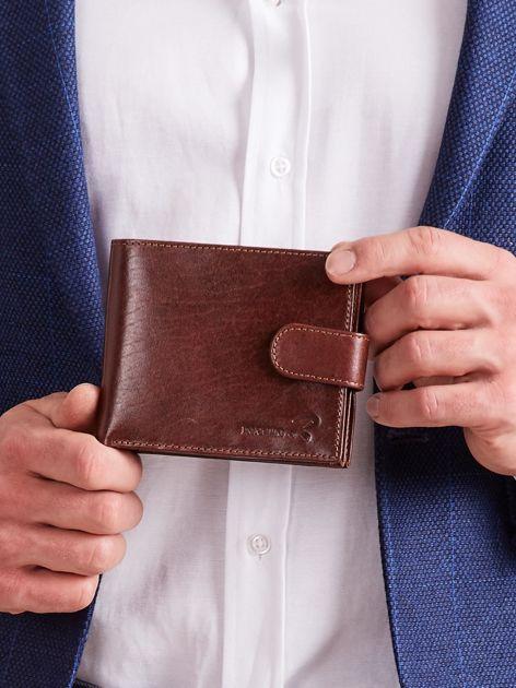 Brązowy skórzany portfel dla mężczyzny zapinany