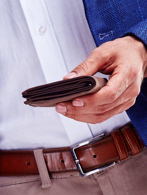Brązowy skórzany portfel męski z wytłaczanym logiem                              zdj.                              4