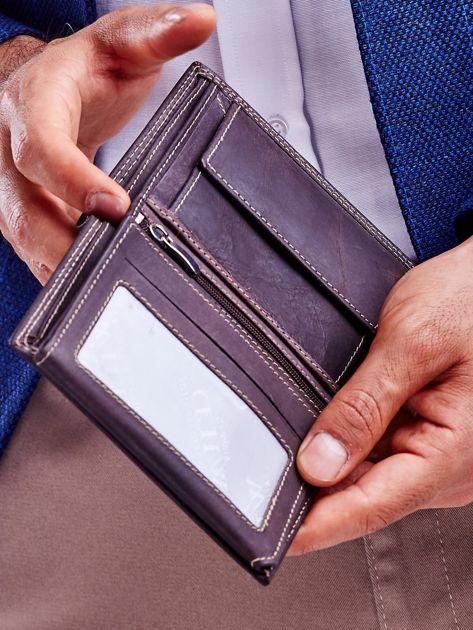 Brązowy skórzany portfel z tłoczeniem i obszyciem                              zdj.                              2