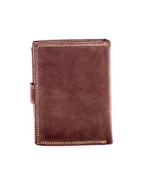 Brązowy skórzany portfel z tłoczonym napisem                              zdj.                              2
