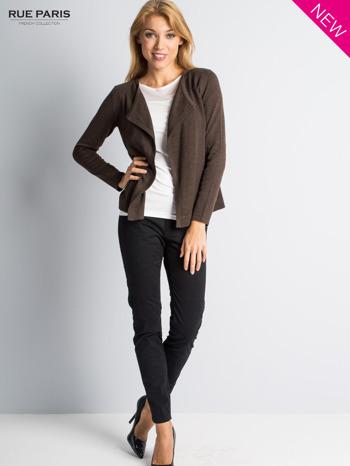 Brązowy sweter narzutka z kaskadowymi bokami                                  zdj.                                  2