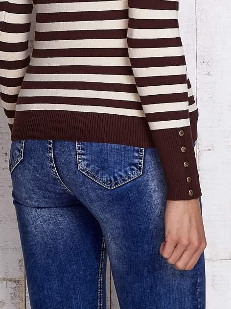 Brązowy sweter w paski z guzikami przy dekolcie i na rękawach                                  zdj.                                  6