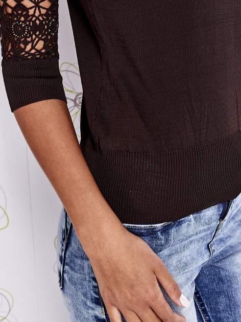 Brązowy sweter z golfem i ażurowymi rękawami                                  zdj.                                  6