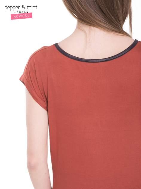 Brązowy t-shirt z kwiatowym nadrukiem i napisem UNIMAGINABLE SENSE                                  zdj.                                  10