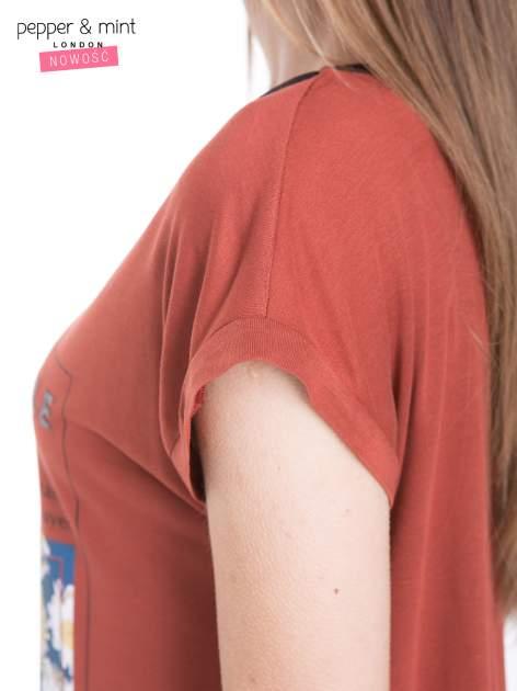 Brązowy t-shirt z kwiatowym nadrukiem i napisem UNIMAGINABLE SENSE                                  zdj.                                  7