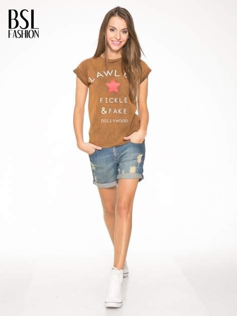 Brązowy t-shirt z nadrukiem DOLLYWOOD                                  zdj.                                  5
