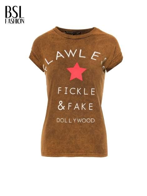 Brązowy t-shirt z nadrukiem DOLLYWOOD                                  zdj.                                  2
