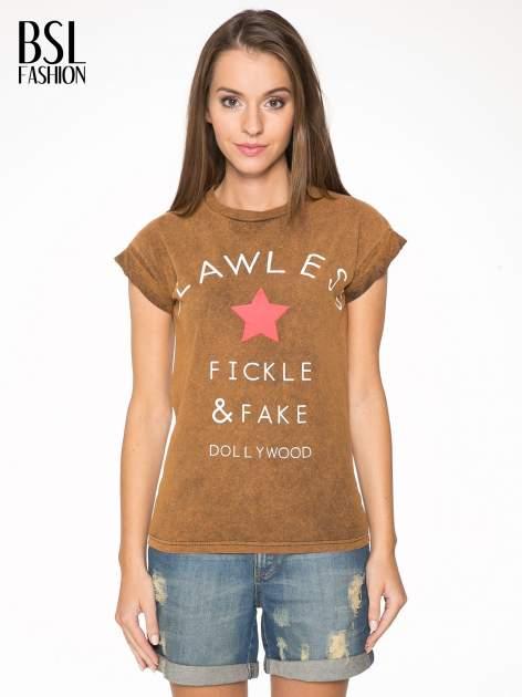Brązowy t-shirt z nadrukiem DOLLYWOOD                                  zdj.                                  1