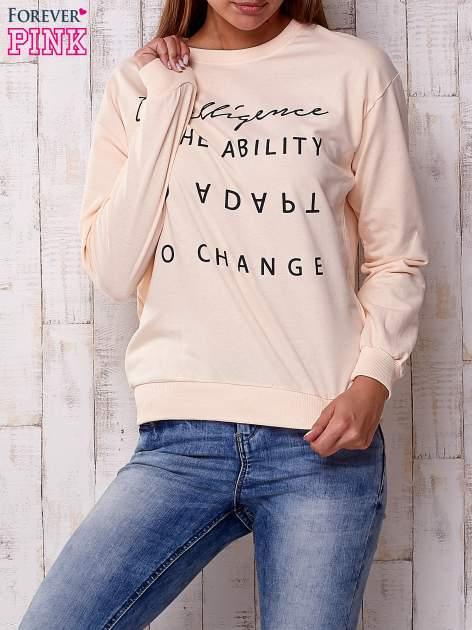 Brzoskwiniowa bluza z napisem                                  zdj.                                  1