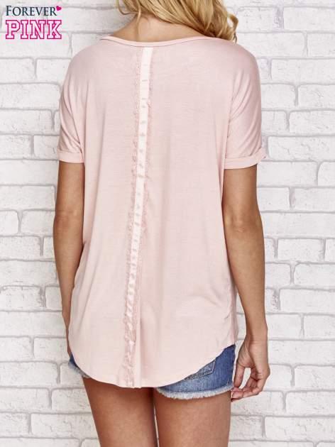 Brzoskwiniowa bluzka koszulowa z koronką z tyłu                                  zdj.                                  4