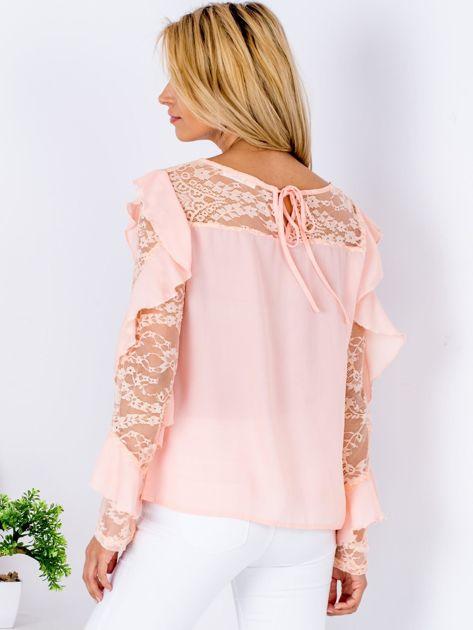 Brzoskwiniowa bluzka z falbanami i koronkowymi rękawami                                  zdj.                                  2