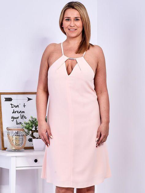 Brzoskwiniowa sukienka z dekoltem halter PLUS SIZE                              zdj.                              1