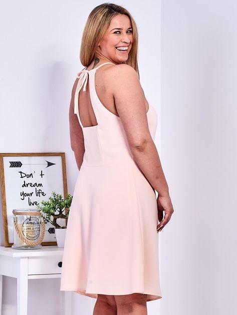 Brzoskwiniowa sukienka z dekoltem halter PLUS SIZE                              zdj.                              5