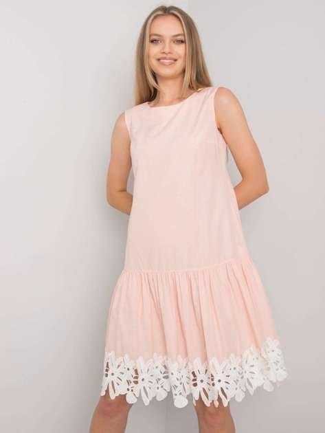 Brzoskwiniowa sukienka z falbaną Frederica