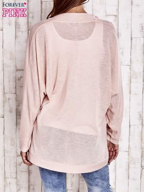 Brzoskwiniowy sweter z otwartym dekoltem                                   zdj.                                  4