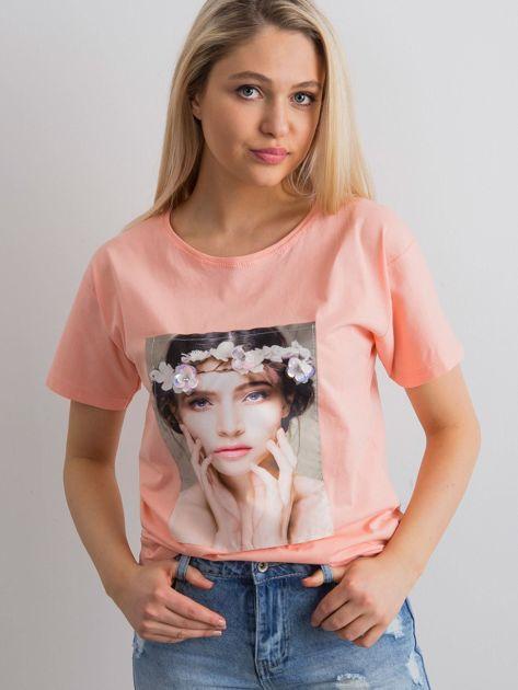 Brzoskwiniowy t-shirt z aplikacją 3D                              zdj.                              5