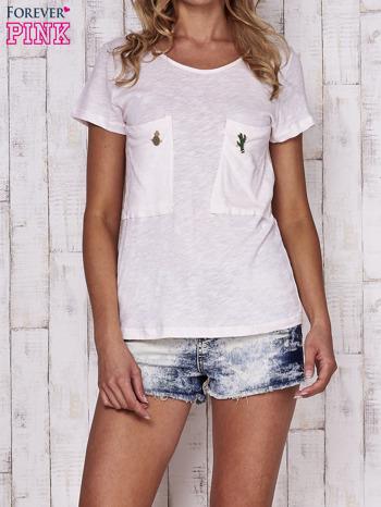 Brzoskwiniowy t-shirt z egzotycznymi przypinkami                                  zdj.                                  1