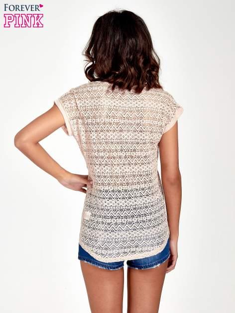 Brzoskwiniowy t-shirt z koronkowym tyłem i dżetami                                  zdj.                                  4
