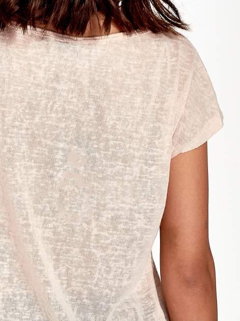 Brzoskwiniowy t-shirt z kryształkami na rękawach                                  zdj.                                  6