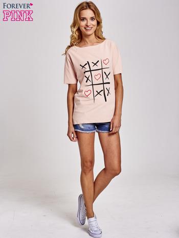 Brzoskwiniowy t-shirt z motywem serce i krzyżyk                                  zdj.                                  2