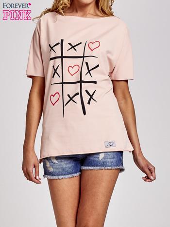 Brzoskwiniowy t-shirt z motywem serce i krzyżyk