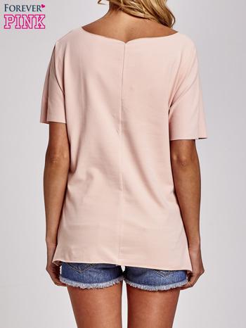 Brzoskwiniowy t-shirt z motywem serce i krzyżyk                                  zdj.                                  4