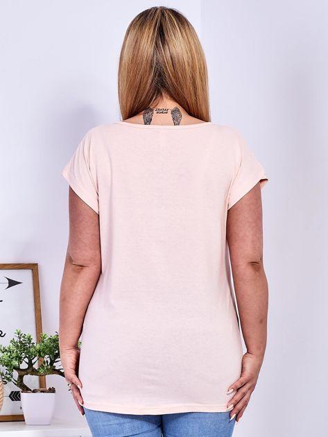 Brzoskwiniowy t-shirt z napisem i motywem roślinnym PLUS SIZE                                  zdj.                                  2