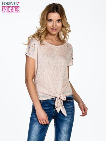 Brzoskwiniowy t-shirt z węzłem zdobiony kryształkami                                  zdj.                                  1