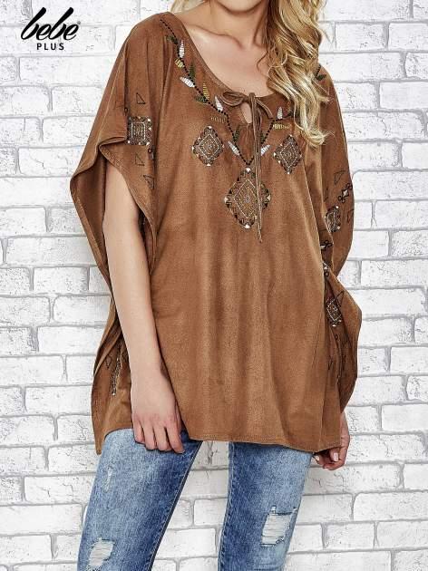 Camelowa zamszowa bluzka z haftem w stylu boho