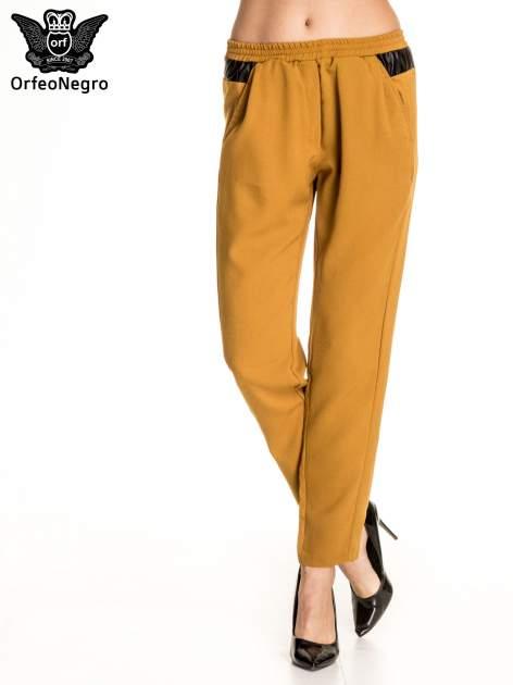 Camelowe spodnie materiałowe ze skórzaną wstawką                                   zdj.                                  1