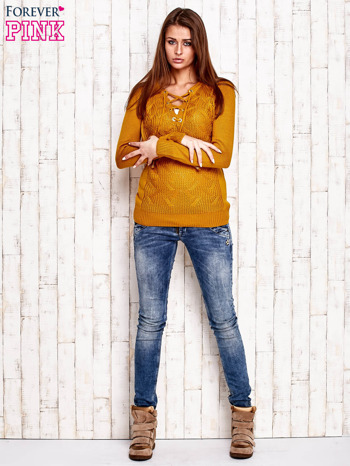 Camelowy dzianinowy sweter z wiązaniem                                  zdj.                                  2