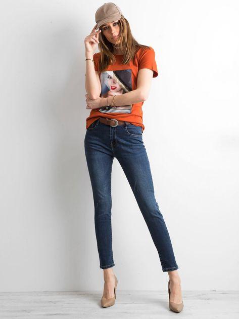 Ceglasty t-shirt z aplikacją                              zdj.                              4
