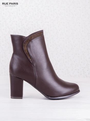 Ciemnobordowe botki eco leather na słupku z błyszczącymi dżetami i asymetryczną cholewką                                  zdj.                                  1